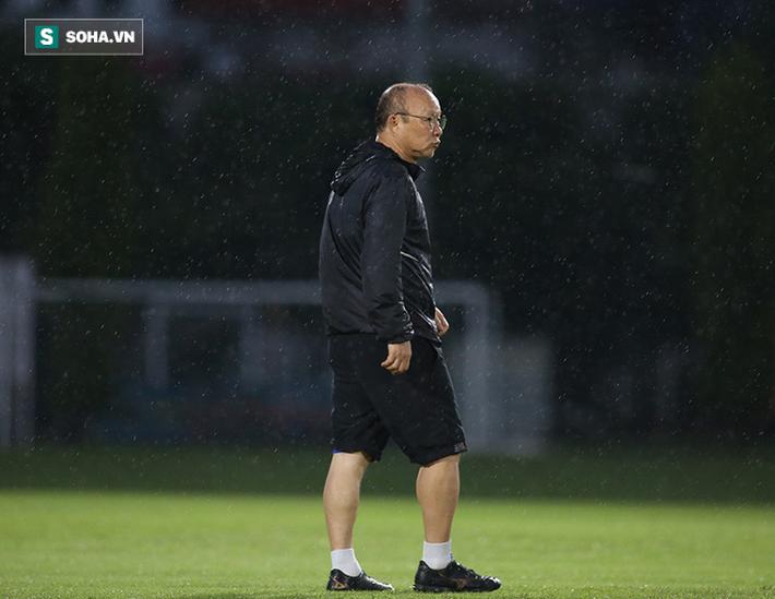 Quang Hải mất tích, đội tuyển Việt Nam khổ sở luyện công dưới mưa - Ảnh 7.