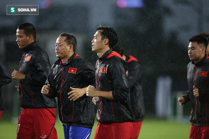 Quang Hải mất tích, đội tuyển Việt Nam khổ sở luyện công dưới mưa - Ảnh 2.
