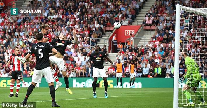 Hòn đá tảng của Man United lại mắc lỗi, Quỷ đỏ lại thêm trận đen đủi đầy thất vọng - Ảnh 1.