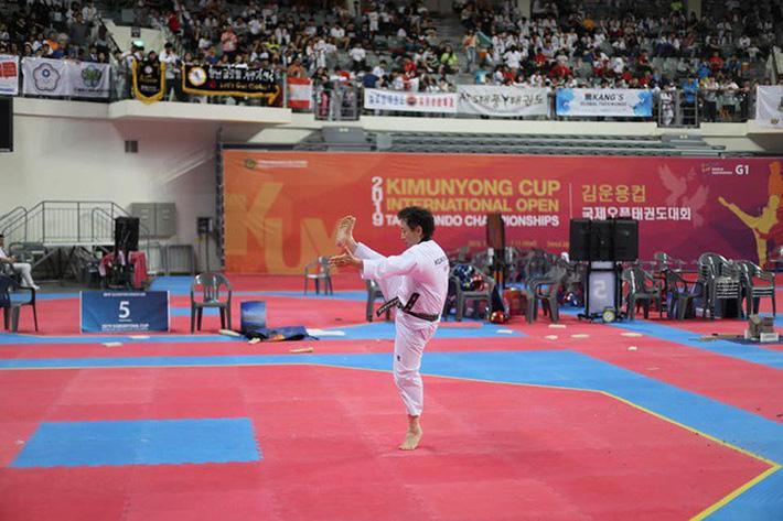 Tròn mắt xem đại sư Taekwondo dùng tay không chém 3 khối nước đá - Ảnh 2.