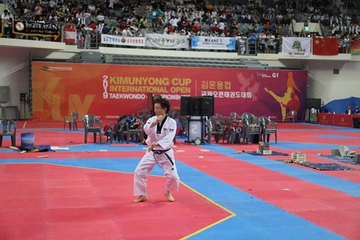 Tròn mắt xem đại sư Taekwondo dùng tay không chém 3 khối nước đá - Ảnh 3.