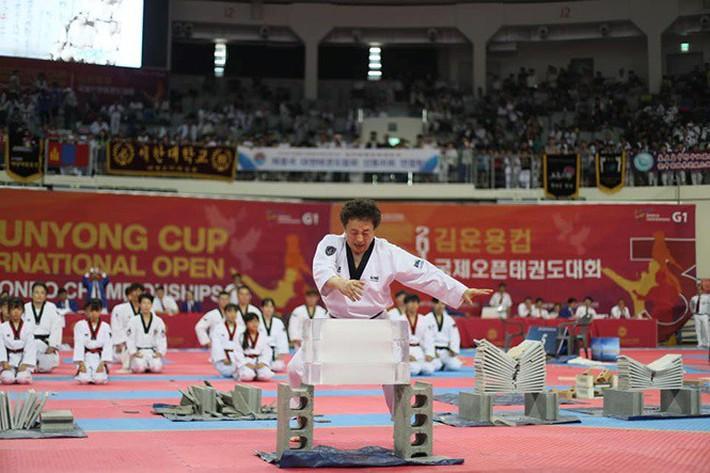Tròn mắt xem đại sư Taekwondo dùng tay không chém 3 khối nước đá - Ảnh 5.