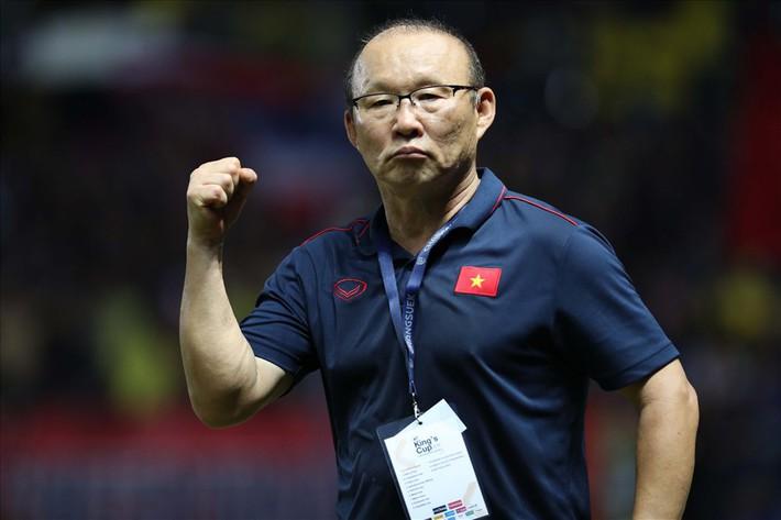 """""""Cháy vé"""" xem thầy Park đấu trí HLV Thái Lan ở vòng loại World Cup 2022 - Ảnh 2."""