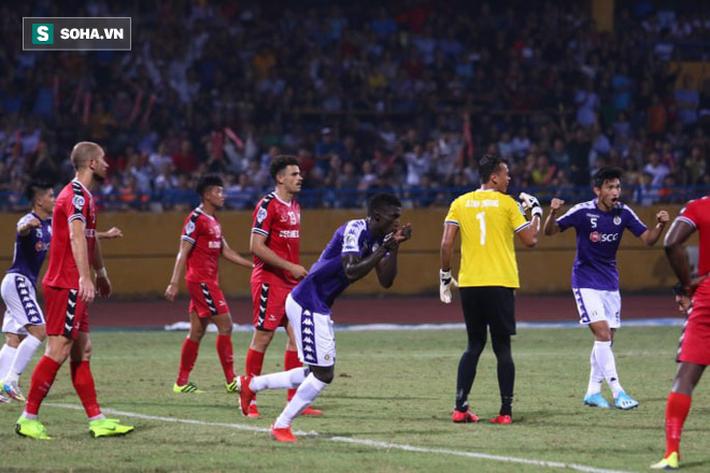 """Tấn Trường mắc lỗi khó hiểu, Bình Dương """"tự sát"""" trước Hà Nội FC ở trận chung kết lịch sử - Ảnh 2."""