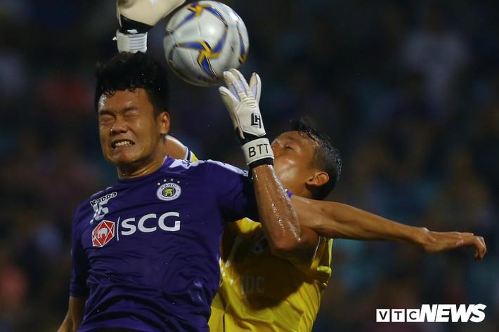 Tấn Trường diễn lại khoảnh khắc sai lầm, hậu vệ Hà Nội FC cười tít mắt - Ảnh 1.