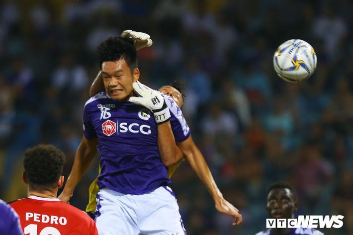 Tấn Trường diễn lại khoảnh khắc sai lầm, hậu vệ Hà Nội FC cười tít mắt - Ảnh 2.