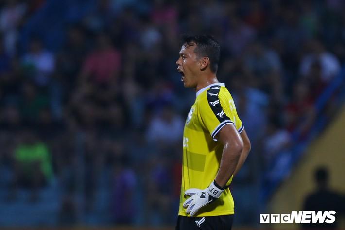 Tấn Trường diễn lại khoảnh khắc sai lầm, hậu vệ Hà Nội FC cười tít mắt - Ảnh 4.