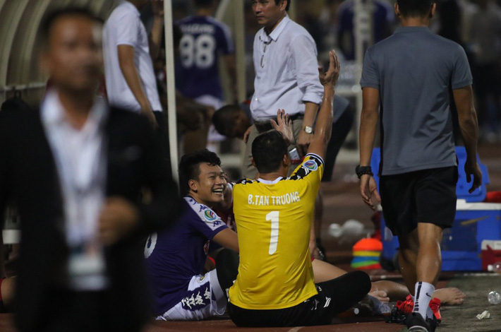 Tấn Trường diễn lại khoảnh khắc sai lầm, hậu vệ Hà Nội FC cười tít mắt - Ảnh 5.