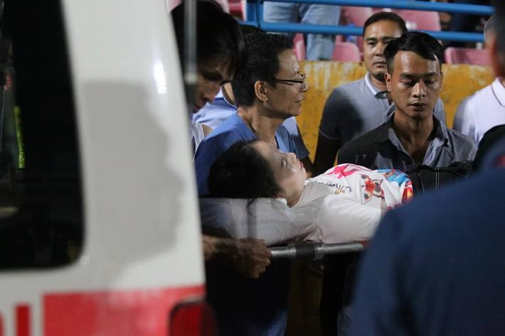 Luật sư: Đủ yếu tố truy cứu trách nhiệm hình sự CĐV Nam Định bắn pháo sáng gây thương tích - Ảnh 1.
