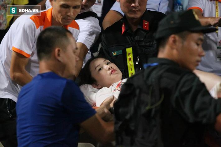 KINH HOÀNG: Một CĐV nhập viện vì bị pháo sáng bắn trúng, sân Hàng Đẫy chìm trong biển khói - Ảnh 5.