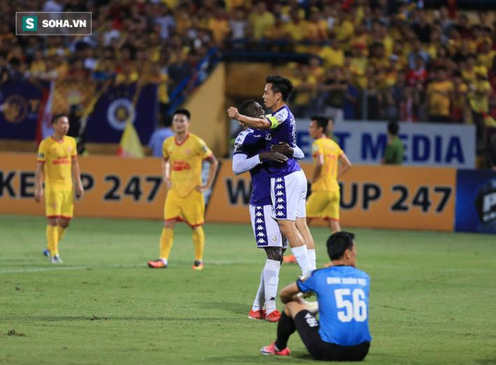 6 dấu ấn đáng nhớ của cuộc thư hùng Hà Nội FC vs Nam Định bị quả pháo sáng xấu xí che mờ - Ảnh 2.