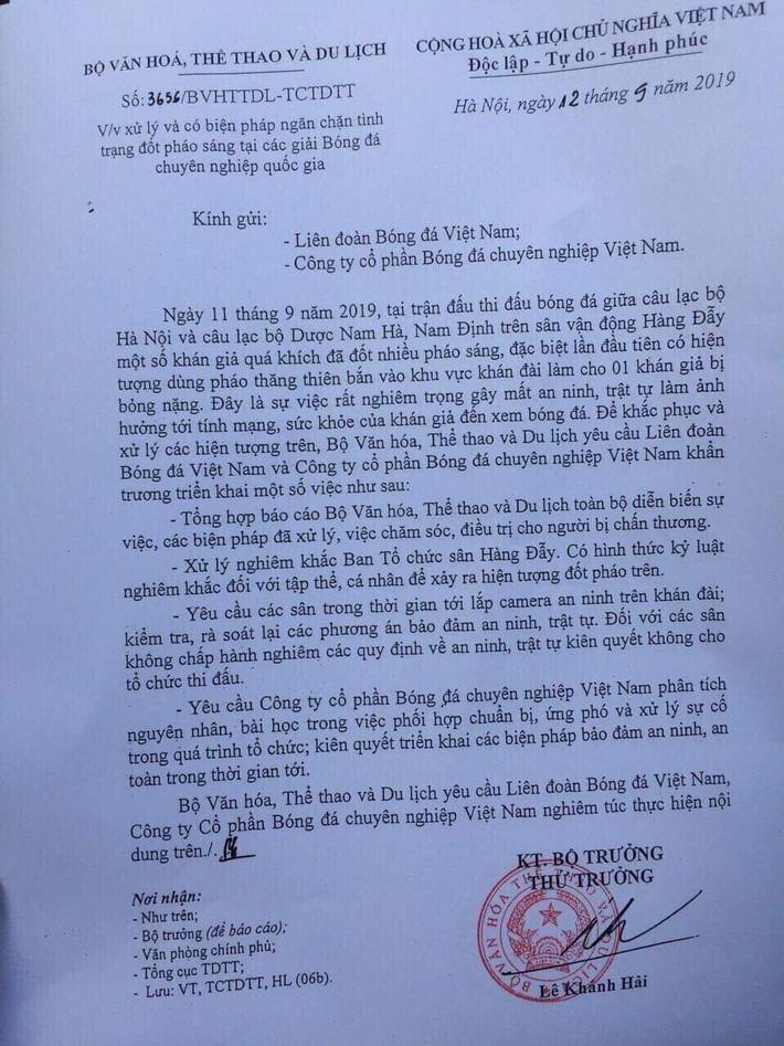 Thứ trưởng Lê Khánh Hải quyết liệt chỉ đạo xử lý vụ bắn pháo sáng trên sân Hàng Đẫy - Ảnh 2.