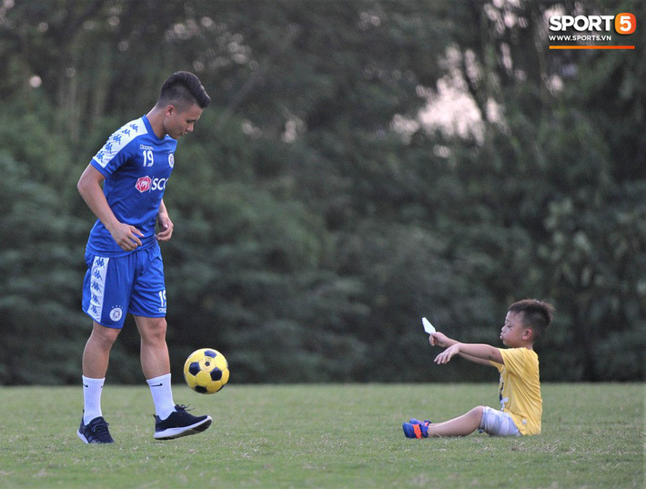 Con trai tiền vệ Thành Lương chiếm trọn spotlight ở sân tập bởi sự tinh nghịch, đáng yêu - Ảnh 1.
