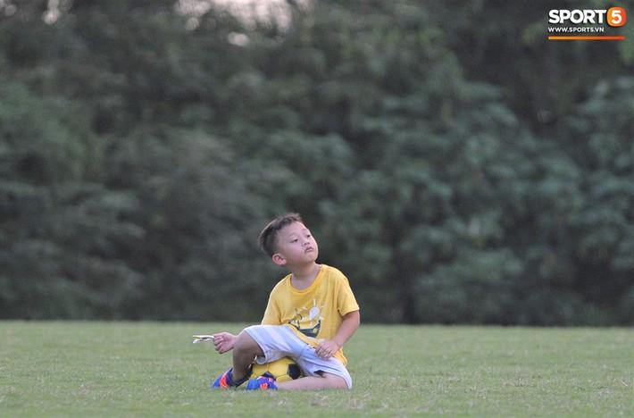 Con trai tiền vệ Thành Lương chiếm trọn spotlight ở sân tập bởi sự tinh nghịch, đáng yêu - Ảnh 2.