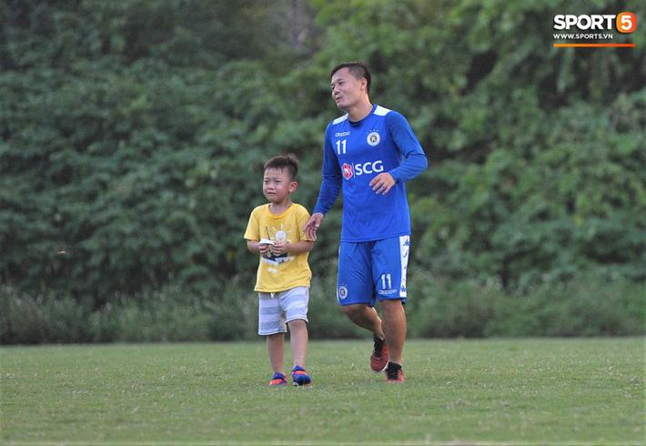 Con trai tiền vệ Thành Lương chiếm trọn spotlight ở sân tập bởi sự tinh nghịch, đáng yêu - Ảnh 12.