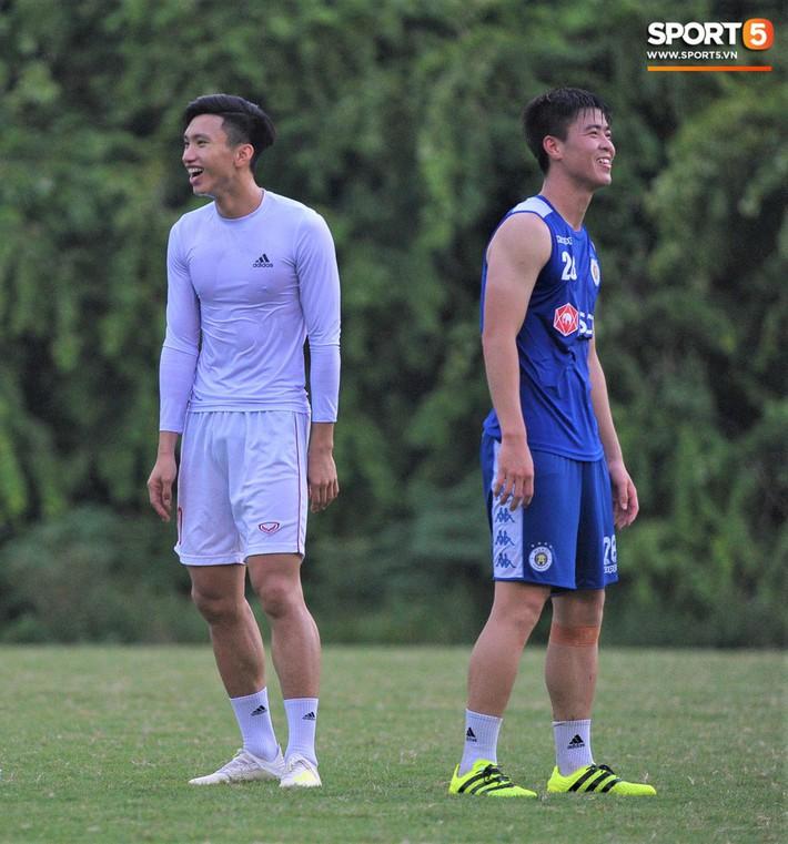 Con trai tiền vệ Thành Lương chiếm trọn spotlight ở sân tập bởi sự tinh nghịch, đáng yêu - Ảnh 13.