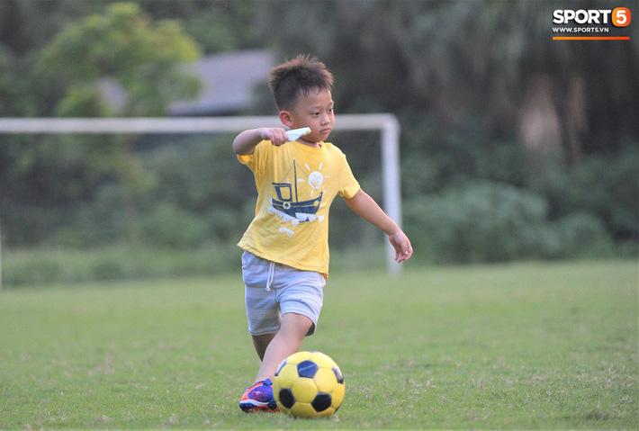 Con trai tiền vệ Thành Lương chiếm trọn spotlight ở sân tập bởi sự tinh nghịch, đáng yêu - Ảnh 4.