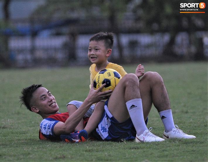 Con trai tiền vệ Thành Lương chiếm trọn spotlight ở sân tập bởi sự tinh nghịch, đáng yêu - Ảnh 9.