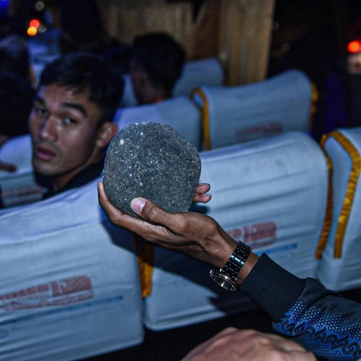 Bóng đá Indonesia lại rúng động: Cầu thủ bị CĐV ném đá vỡ đầu, thoát chết trong gang tấc - Ảnh 1.
