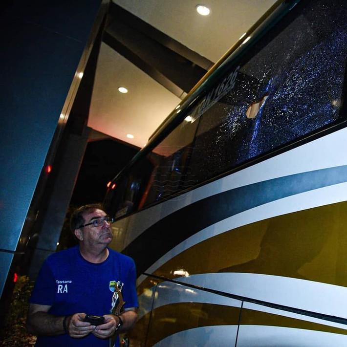 Bóng đá Indonesia lại rúng động: Cầu thủ bị CĐV ném đá vỡ đầu, thoát chết trong gang tấc - Ảnh 2.