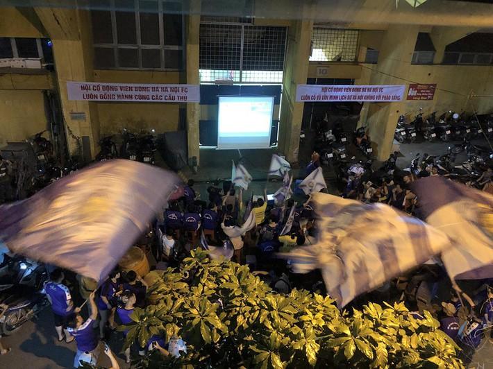 Quang Hải lập siêu phẩm đá phạt, Hà Nội FC chạm một tay vào chiếc cúp sau trận đấu kỳ lạ - Ảnh 3.