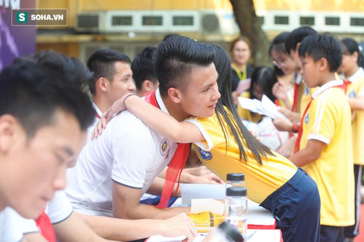 Quang Hải: Sự hòa hợp giữa người hùng đánh Đông dẹp Bắc và người anh yêu quý của mọi em nhỏ - Ảnh 2.