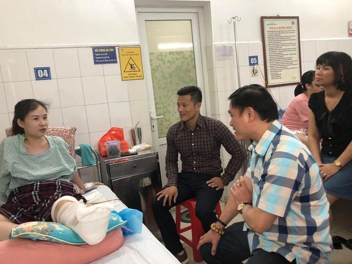 Lãnh đạo VPF động viên nữ cổ động viên bị pháo sáng gây thương tích - Ảnh 1.