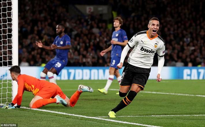 Liverpool, Chelsea đồng loạt thua sốc; Barca chết hụt trong ngày Messi trở lại - Ảnh 2.