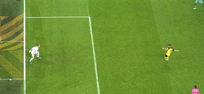 Thủ môn tuyển Đức dùng tiểu xảo kiểu V-League cứu Barcelona khỏi trận thua - Ảnh 2.