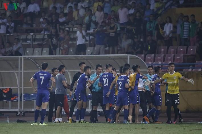 HLV Thanh Sơn bức xúc vì trọng tài bẻ còi trận Viettel 2-1 Bình Dương - Ảnh 1.