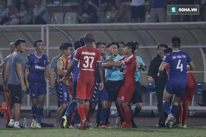 Giảng viên trọng tài FIFA: Việc bẻ còi ở trận Viettel - Bình Dương sai lầm nghiêm trọng - Ảnh 1.