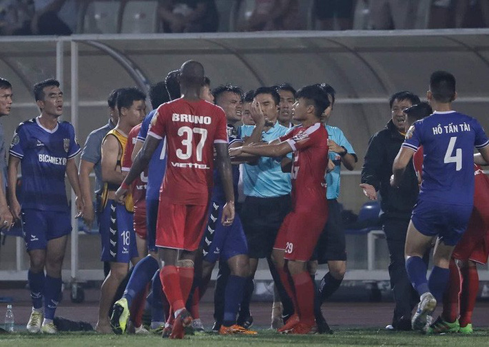 Trọng tài FIFA bẻ còi trận Viettel - B.Bình Dương sẽ bị xử rất nặng - Ảnh 2.