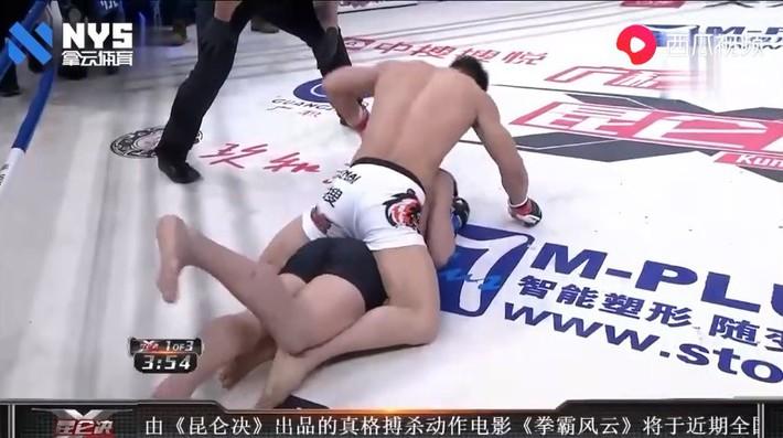 """Bị sỉ nhục, """"con hổ làng MMA Trung Quốc"""" tung cú siết cổ ngoạn mục kết liễu võ sĩ Nhật Bản - Ảnh 2."""