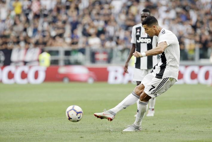 Ronaldo bất ngờ xuất hiện trong danh sách đá phạt dở tệ của Serie A - Ảnh 2.