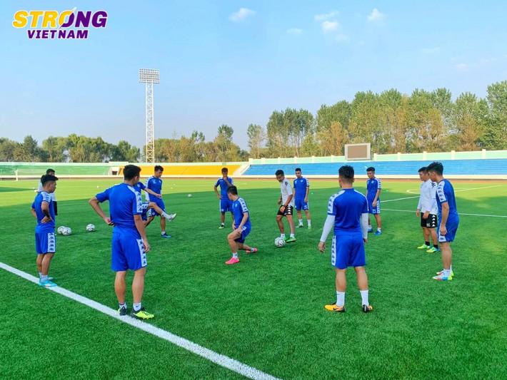 Quang Hải và đồng đội hào hứng với buổi tập đầu tiên trên mặt sân lạ tại Triều Tiên - Ảnh 2.