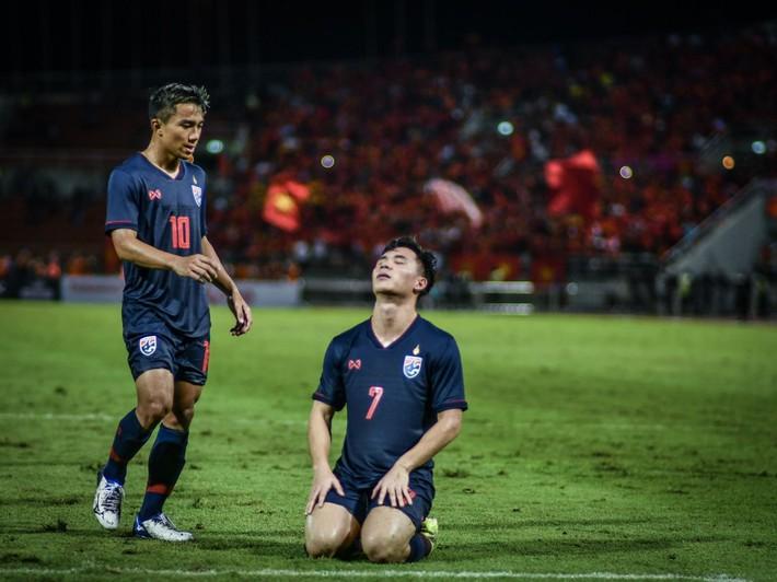 Messi Thái Chanathip làm tất cả bất ngờ với thái độ sau khi đàn em vứt đi cơ hội vàng - Ảnh 1.