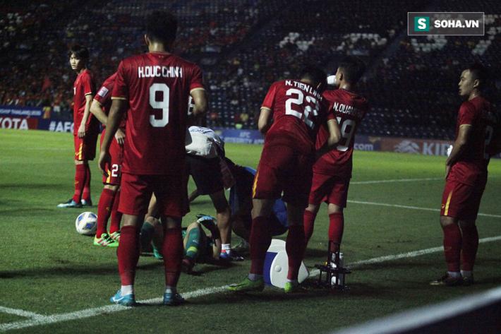 Bùi Tiến Dũng đau đớn ngã xuống sân, Thành Chung, Đình Trọng bảo vệ đồng đội theo cách cực gắt - Ảnh 9.