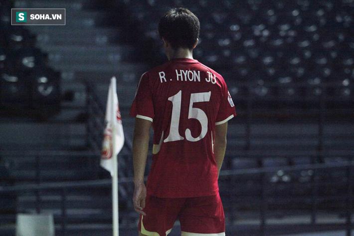 Cầu thủ Triều Tiên đổ gục xuống sân, ôm đầu vật vã sau khi bị loại khỏi VCK U23 châu Á - Ảnh 7.