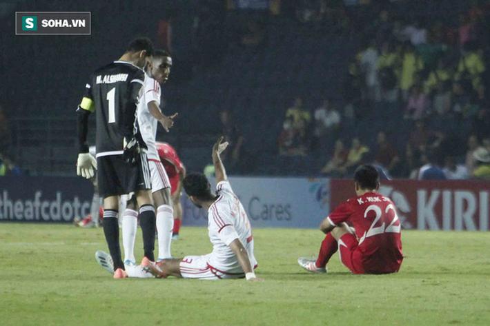 Cầu thủ Triều Tiên đổ gục xuống sân, ôm đầu vật vã sau khi bị loại khỏi VCK U23 châu Á - Ảnh 3.