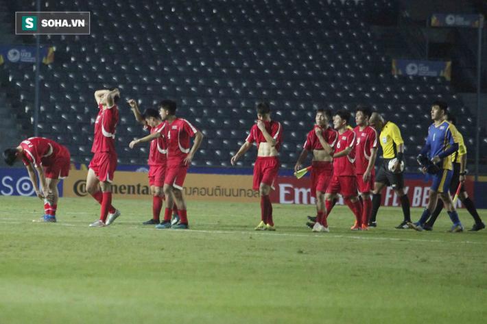 Cầu thủ Triều Tiên đổ gục xuống sân, ôm đầu vật vã sau khi bị loại khỏi VCK U23 châu Á - Ảnh 5.