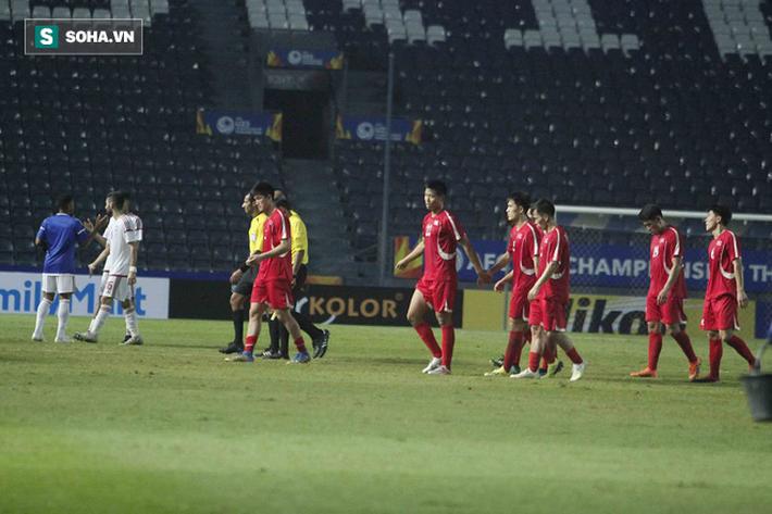 Cầu thủ Triều Tiên đổ gục xuống sân, ôm đầu vật vã sau khi bị loại khỏi VCK U23 châu Á - Ảnh 6.