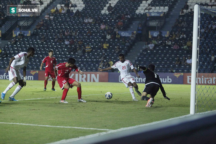 Cầu thủ Triều Tiên đổ gục xuống sân, ôm đầu vật vã sau khi bị loại khỏi VCK U23 châu Á - Ảnh 1.