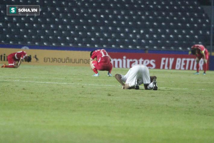Cầu thủ Triều Tiên đổ gục xuống sân, ôm đầu vật vã sau khi bị loại khỏi VCK U23 châu Á - Ảnh 4.