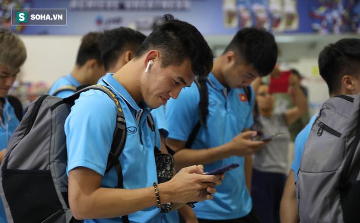 Thầy Park mệt mỏi, U23 Việt Nam lặng lẽ về Bangkok chuẩn bị quyết đấu Triều Tiên - Ảnh 7.