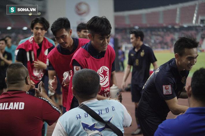 U23 Thái Lan ăn mừng cực sung, tri ân nhóm CĐV đặc biệt sau tấm vé lịch sử ở U23 châu Á - Ảnh 4.
