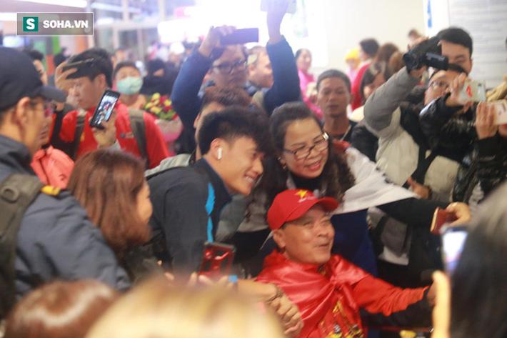 Bất ngờ: U23 Việt Nam và Bùi Tiến Dũng tươi rói ngày về giữa vòng tay của NHM - Ảnh 8.