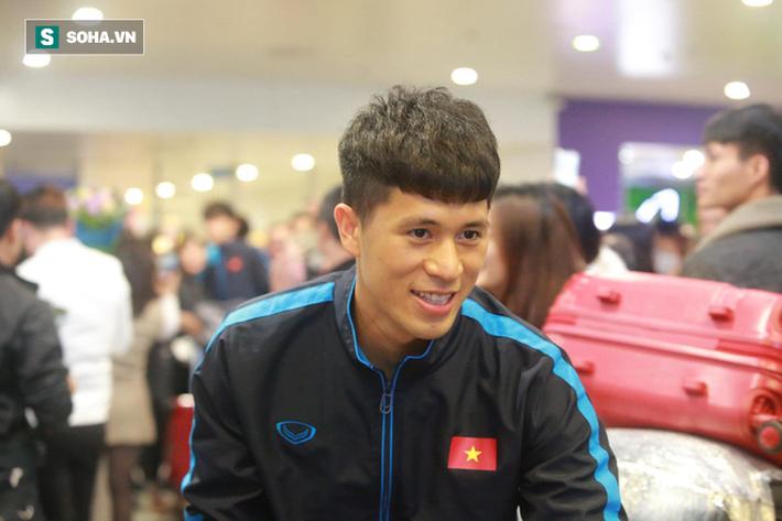 Bất ngờ: U23 Việt Nam và Bùi Tiến Dũng tươi rói ngày về giữa vòng tay của NHM - Ảnh 2.