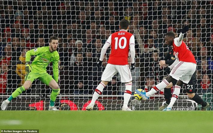 Lãnh 2 cái tát trời giáng từ Arsenal, Man United để mất cơ hội vàng trong vòng đấu lạ lùng - Ảnh 1.