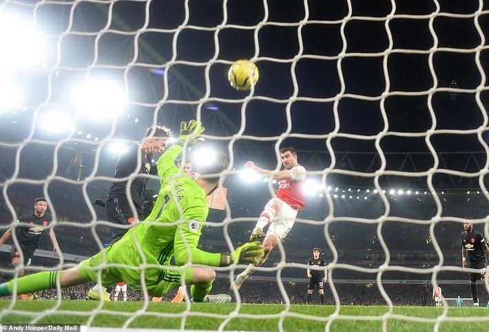 Lãnh 2 cái tát trời giáng từ Arsenal, Man United để mất cơ hội vàng trong vòng đấu lạ lùng - Ảnh 2.