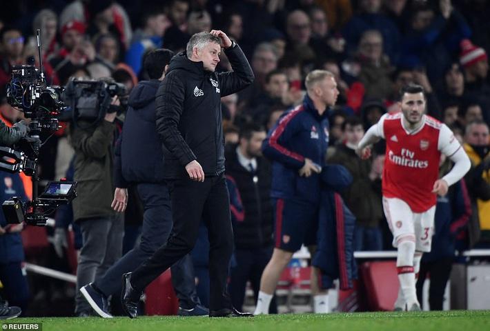 Lãnh 2 cái tát trời giáng từ Arsenal, Man United để mất cơ hội vàng trong vòng đấu lạ lùng - Ảnh 3.